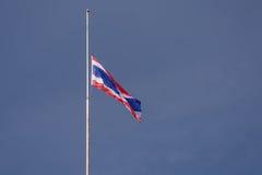 Le drapeau thaïlandais a été abaissé au mi-mât images stock
