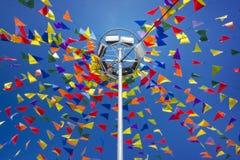Le drapeau traditionnel sur un fond de ciel bleu Photographie stock
