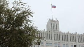 Le drapeau tricolore russe balance par le vent sur le bâtiment de gouvernement de la Russie pendant la journée clips vidéos