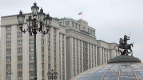 Le drapeau tricolore russe balance par le vent sur la douma d'état à Moscou, Russie clips vidéos