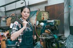 Le drejbänkfabriksarbetaren som ser kameran Royaltyfri Foto