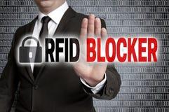 Le dresseur de RFID avec la matrice est montré par l'homme d'affaires photos libres de droits