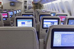 LE DUBAÏ, ÉMIRATS - 14 MARS 2016 : Classe touriste d'ÉMIRATS de Boeing 777 avec l'écran tactile de TV dans des lignes aériennes d Image stock