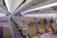 LE DUBAÏ, ÉMIRATS - 14 MARS 2016 : Classe touriste d'ÉMIRATS de Boeing 777 avec l'écran tactile de TV dans des lignes aériennes d Image libre de droits