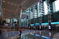 Le DUBAÏ, EAU - 14 août 2017 - voyageurs à l'aéroport de Dubaï Images stock