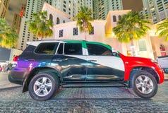 LE DUBAÏ, EAU - 10 DÉCEMBRE 2016 : Voiture de luxe peinte avec des émirats Images stock