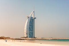 LE DUBAÏ, EAU - JUILLET 2008 : La voile grande a formé l'hôtel d'Arabe d'Al de Burj Photos stock