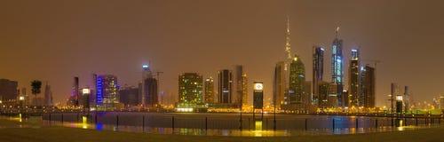 LE DUBAÏ, EAU - 24 MARS 2017 : L'horizon de soirée au-dessus du canal et du centre Photos stock