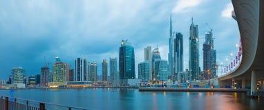 LE DUBAÏ, EAU - 24 MARS 2017 : L'horizon de soirée au-dessus du canal et du centre Photo libre de droits