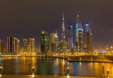 LE DUBAÏ, EAU - 24 MARS 2017 : L'horizon de soirée au-dessus du canal et du centre Images libres de droits