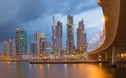LE DUBAÏ, EAU - 24 MARS 2017 : L'horizon de soirée avec le pont au-dessus du nouveau canal et en centre ville avec des nuages de  Images stock