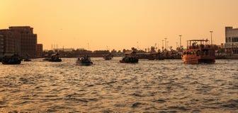 LE DUBAÏ, EAU 8 NOVEMBRE 2013 : Bateau dans le port Saeed COM la plus âgée Photo libre de droits