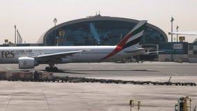 LE DUBAÏ, EMIRATS ARABES UNIS AOÛT, 22, 2016 : avion de Boeing 777 d'émirats roulant au sol à la piste chez le Dubaï clips vidéos
