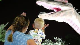 LE DUBAÏ, EMIRATS ARABES UNIS, EAU - 20 NOVEMBRE 2017 : Le parc de dinosaure au parc de lueur de jardin de Dubaï, dinosaures semb banque de vidéos