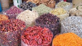 Le DUBAÏ, EMIRATS ARABES UNIS - 31 mars 2014 : Épices colorées sur le marché Arabe traditionnel de souk dans Deira Photographie stock