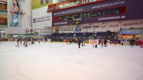 Le DUBAÏ, EMIRATS ARABES UNIS - 31 mars 2014 : La patinoire du mail de Dubaï, mail de Dubaï est le plus grand centre commercial photo libre de droits