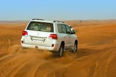 LE DUBAÏ - 2 JUIN : Entraînement sur des jeeps sur le désert Images libres de droits