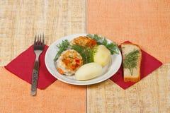Le due cotolette di appetito con la patata ed i verdi Fotografia Stock Libera da Diritti