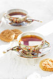Le due degli iapan tazze stily di tè con il biscotto immagini stock libere da diritti