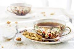 Le due degli iapan tazze stily di tè con il biscotto immagine stock libera da diritti