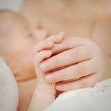 Le due mani e le dita dei piccoli bambini Fotografia Stock Libera da Diritti