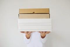 Le due mani femminili tengono le scatole vuote Fotografia Stock Libera da Diritti