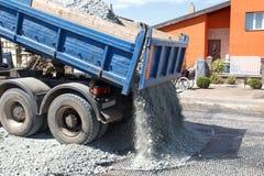 Le dumper déchargent la pierre écrasée Photo stock