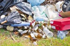 Le dumping illégal avec des bouteilles, des boîtes et des sachets en plastique a abandonné I Photo libre de droits