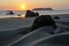 Le dune di sabbia e le pile del mare si avvicinano alla spiaggia dell'oro, Oregon Immagini Stock