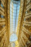 Le Duomo majestueux en Milan Italy Voûte en verre de toit réglée sur le dessus photo libre de droits
