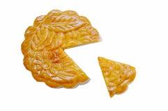 Le durian écrasé bourré par dessert chinois de tradition de gâteau de lune a coupé pour le morceau sur le fond blanc image stock