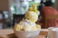 Le durian de dessert de Bingsoo ou de Bingsu Corée a servi avec l'écrimage adouci de lait condensé avec la sucrerie de coton Photo stock
