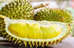 Le durian riped et frais, peau de durian avec la couleur jaune sur en bois photo stock