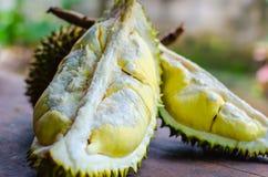 Le durian riped et frais, peau de durian avec la couleur jaune sur en bois images stock
