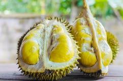 Le durian riped et frais, peau de durian avec la couleur jaune sur en bois image libre de droits
