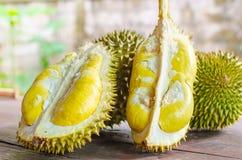 Le durian riped et frais, peau de durian avec la couleur jaune sur en bois photos libres de droits