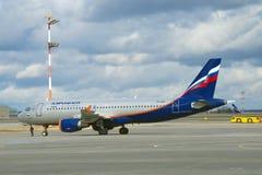 Le ` E d'Airbus A320 Plan du ` VP-BZP de Khabarov de la société d'Aeroflot Images libres de droits