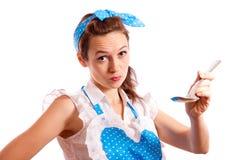 Le elasticità della donna avere un sapore cucinante Fotografie Stock