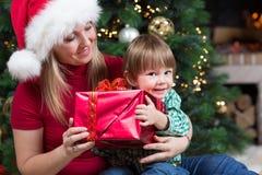 Le elasticità felici della donna hanno avvolto i regali dei regali di Natale fotografia stock