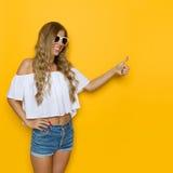 Le elasticità sorridenti della donna dell'estate gradiscono Fotografia Stock Libera da Diritti