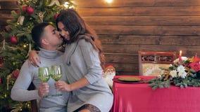 Le emozioni amorose, ragazza abbraccia il suo ragazzo e la tenuta dei vetri bei in mani su fondo dell'albero di Natale e video d archivio