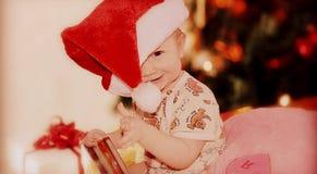 Le emozioni dei bambini prima del nuovo anno o del Natale immagini stock libere da diritti
