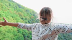 Le emozioni positive di un turista dal viaggio all'estero, ragazza felice e sorridente con capelli biondi sta stando sul bordo de video d archivio