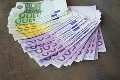 Le euro banconote dei contanti si sono sparse fuori sulla tavola Immagine Stock Libera da Diritti