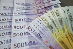Le euro banconote dei contanti si sono sparse fuori sulla tavola Fotografia Stock Libera da Diritti