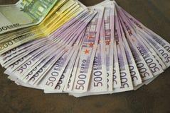 Le euro banconote dei contanti si sono sparse fuori sulla tavola Immagini Stock Libere da Diritti