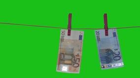 Le euro banconote sono appuntate al colpo dell'essiccatore della lavanderia Schermo verde archivi video