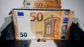 Le euro banconote stanno ottenendo contate da un dispositivo automatico video d archivio
