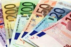 Le euro fatture differenti sono sparse fuori su una tavola sotto forma di a Immagini Stock Libere da Diritti