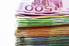 Le euro fatture differenti sono sparse fuori su una tavola sotto forma di a Fotografie Stock Libere da Diritti